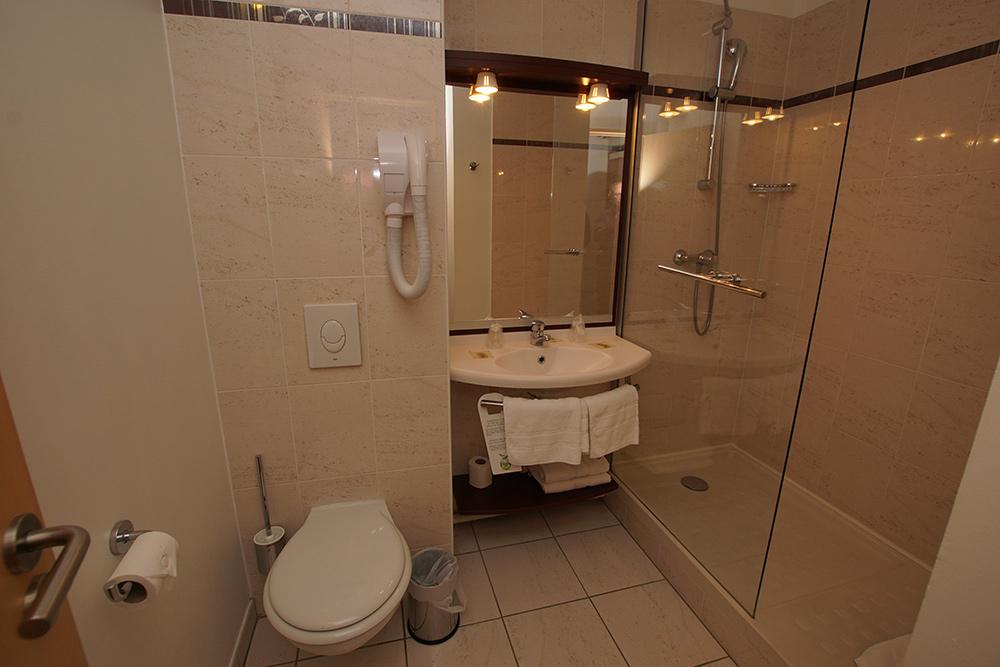 Chambre standard salle de bain
