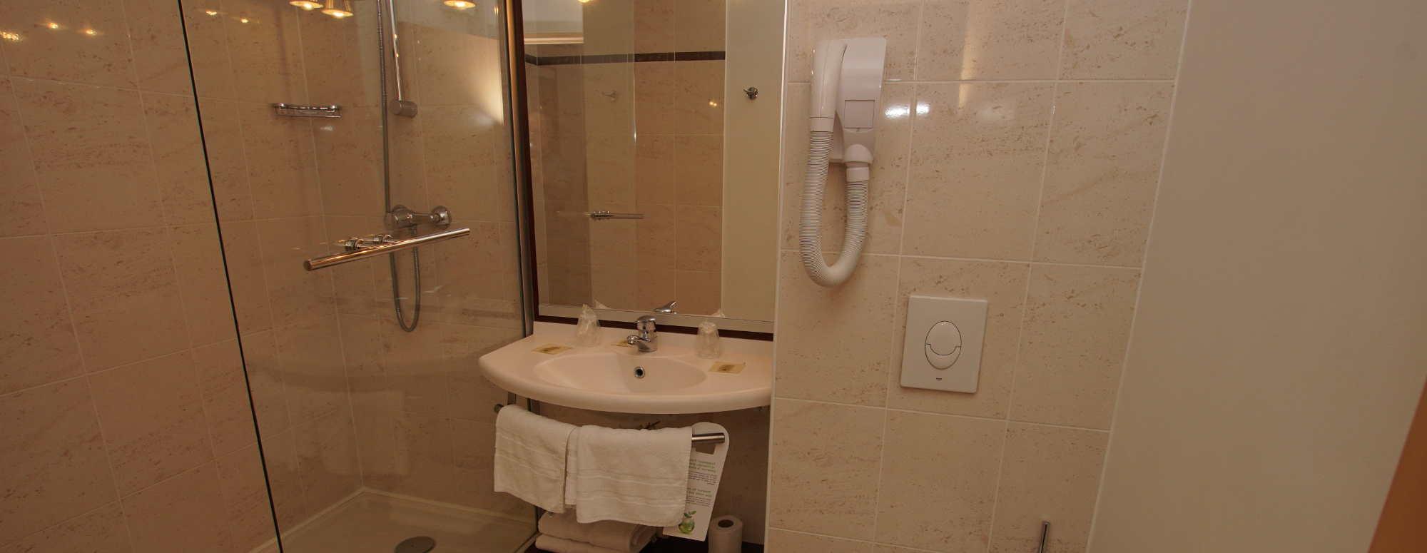 Salle de bain de la chambre salon
