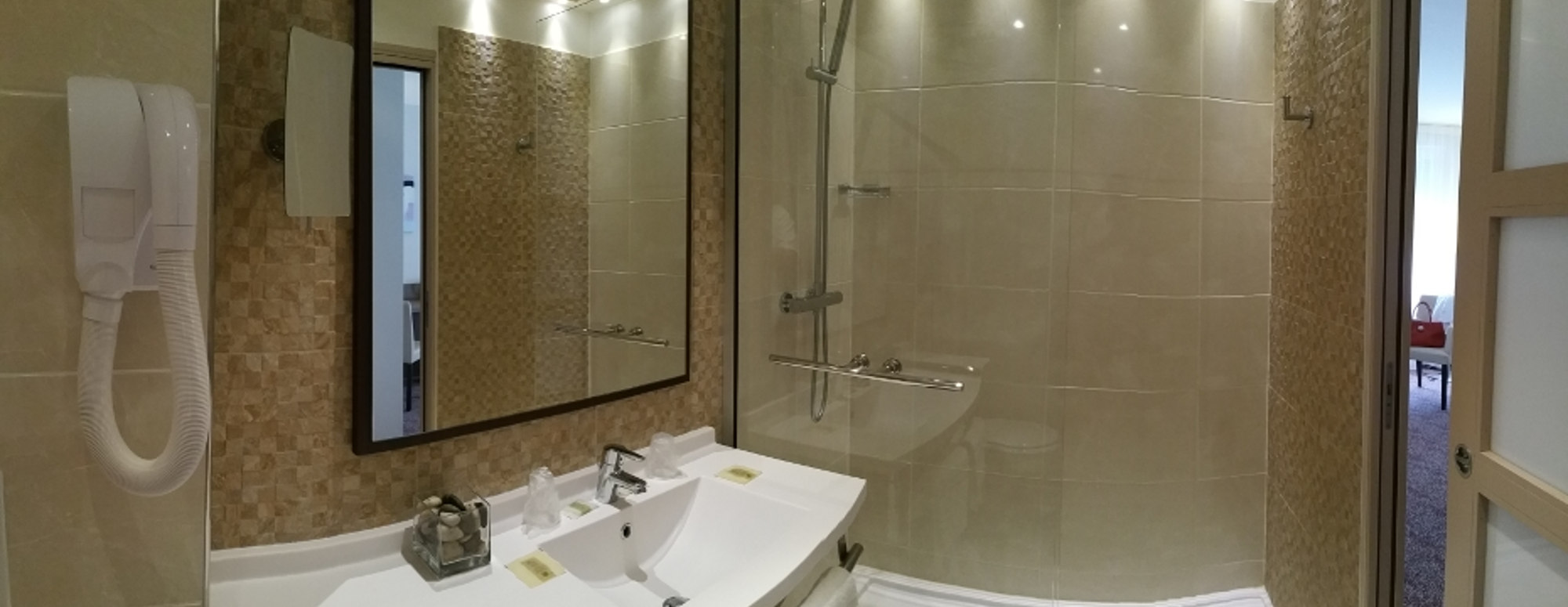salle de bain chambre standing hotel 3 etoiles chateaudun