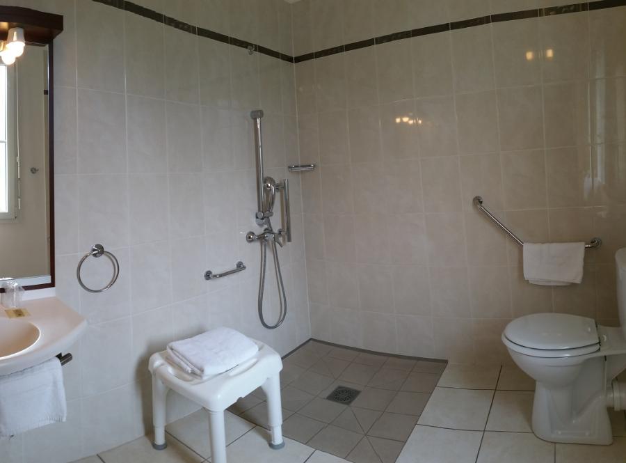 Salle de bain PMR hôtel près Chartres