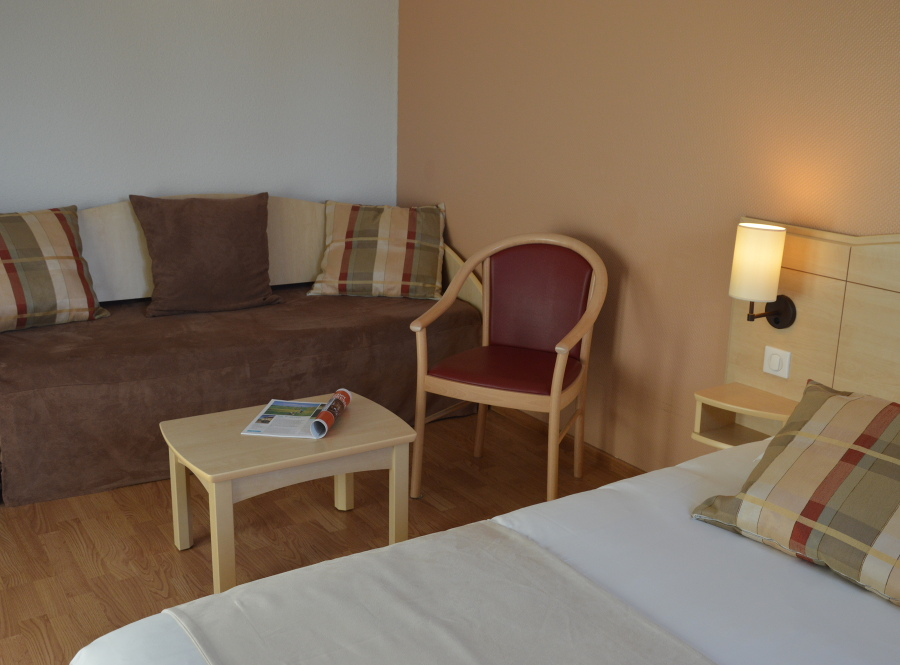 Chambre salon hôtel N10 près Charttres